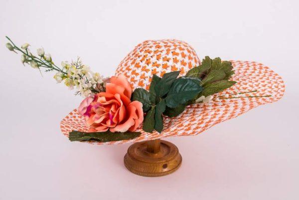 Шляпка персиковая с розами