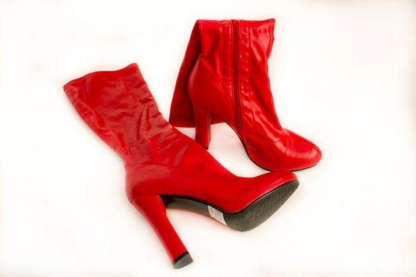 Сапоги красные на каблуке