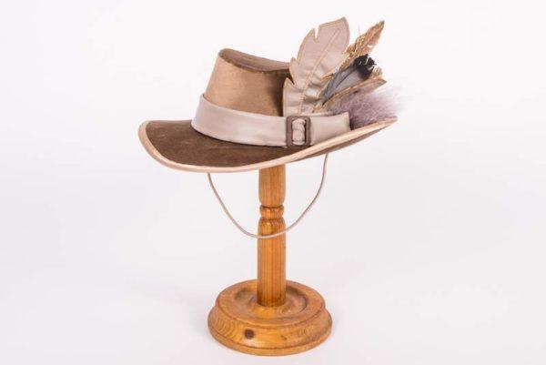 Шляпка бежевый бархат