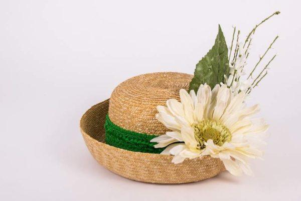 Шляпка соломенная с белым цветком